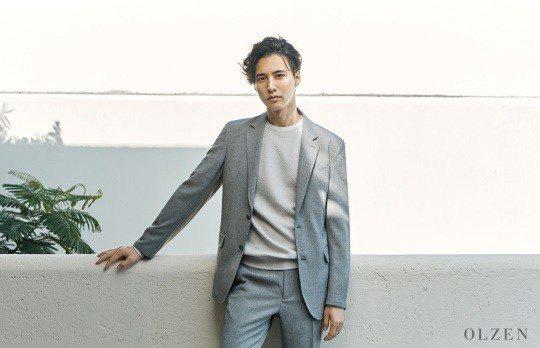 """Hyun Bin đang """"gây bão"""" thì Won Bin lại khai xuân bằng bộ ảnh cực phẩm, dân tình chỉ biết than thở: Sao anh Bin nào cũng đẹp vậy - Ảnh 3."""