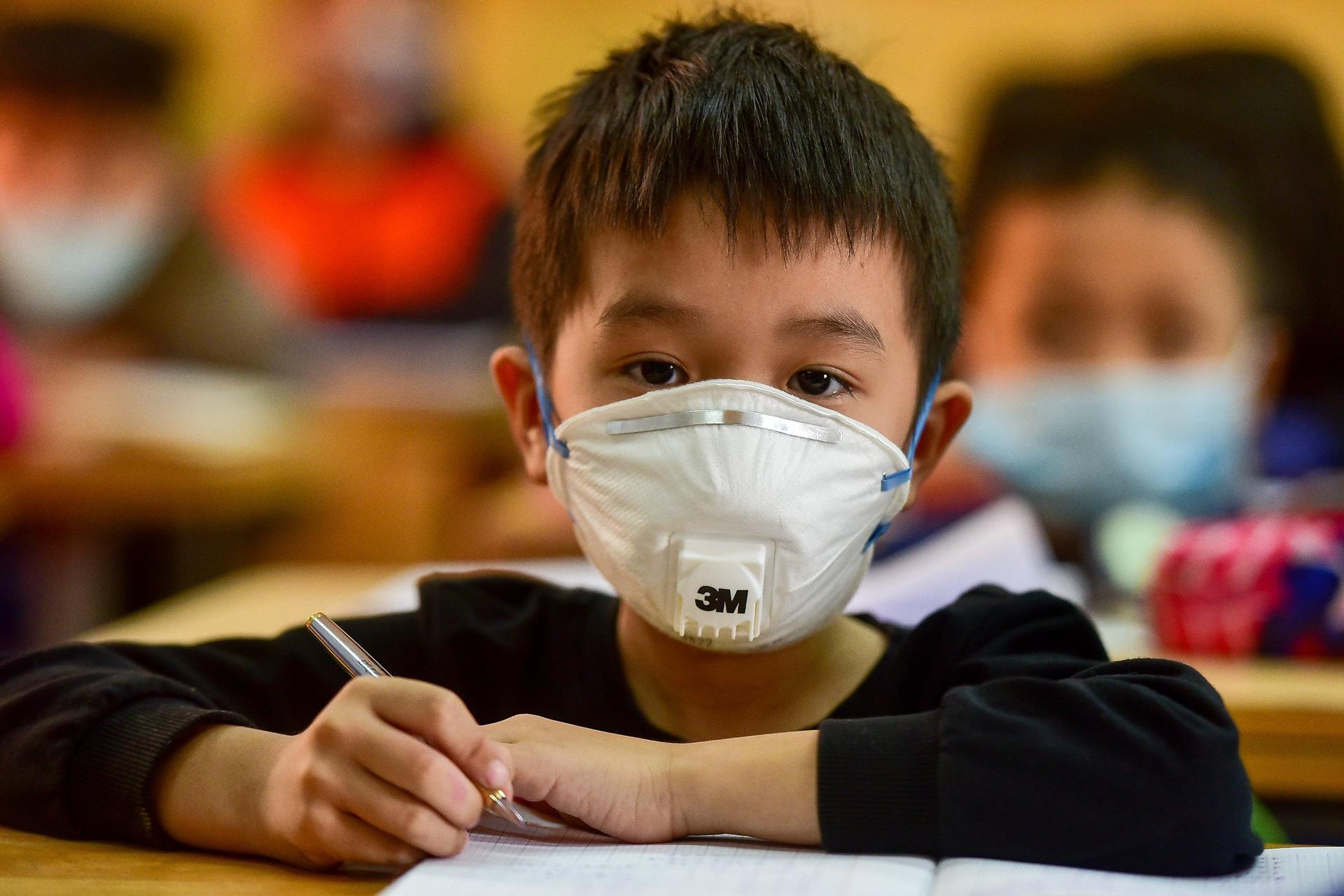 Hà Nội chuẩn bị khẩu trang miễn phí cho 2 triệu học sinh nhập học trong tuần tới - Ảnh 1.