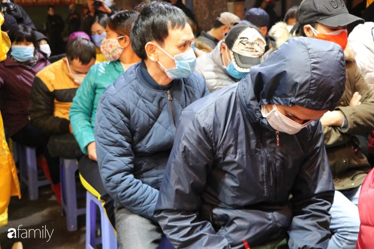 Ngày Vía Thần Tài: Người dân Hà Nội bịt khẩu trang xếp hàng mua vàng từ sáng sớm tinh mơ nhưng không đông đúc, chen lấn xô đẩy như mọi năm - Ảnh 5.