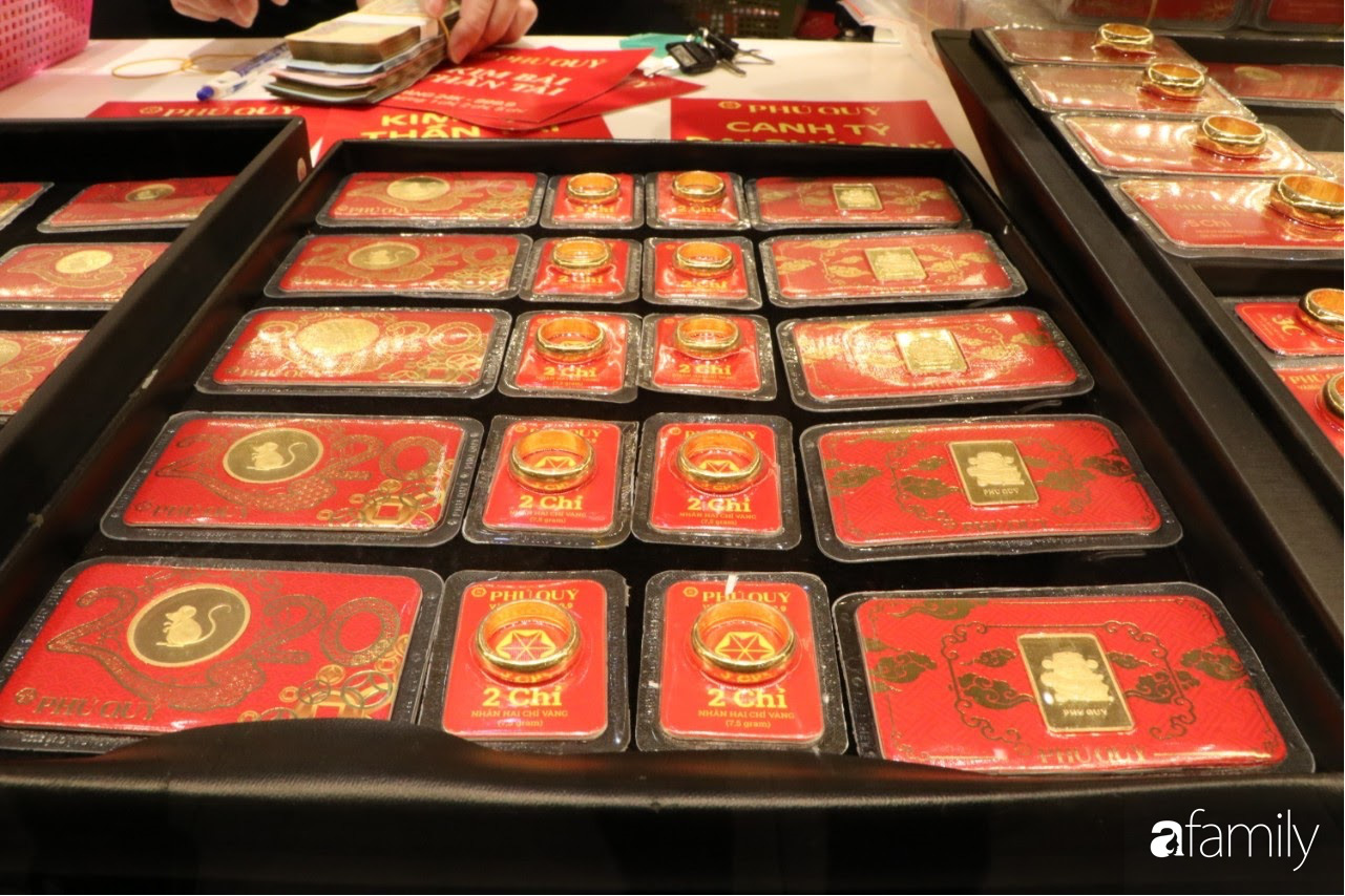 Ngày Vía Thần Tài: Người dân Hà Nội bịt khẩu trang xếp hàng mua vàng từ sáng sớm tinh mơ nhưng không đông đúc, chen lấn xô đẩy như mọi năm - Ảnh 8.