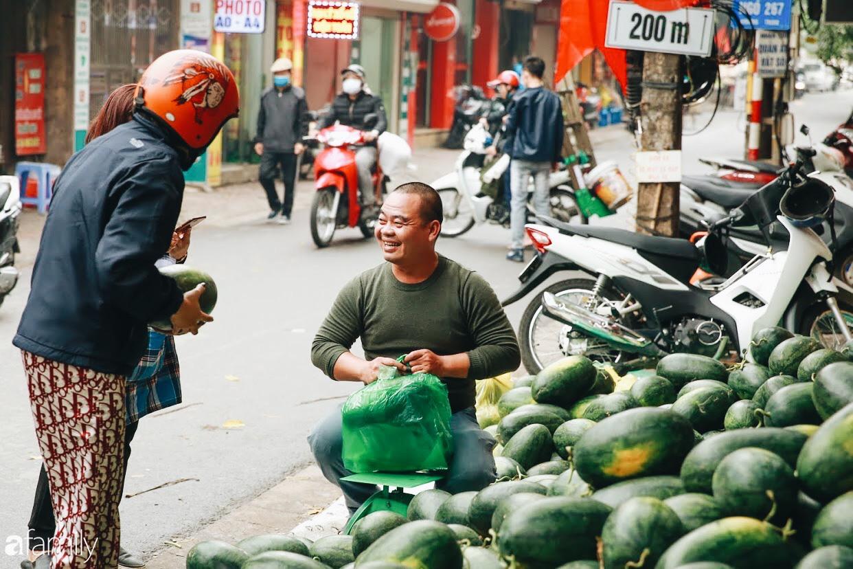 Sống đẹp như người Hà Nội: Dù đang căng thẳng dịch Corona nhưng vẫn đeo khẩu trang đi giải cứu dưa hấu vì dịch bệnh mà không được xuất khẩu - Ảnh 2.