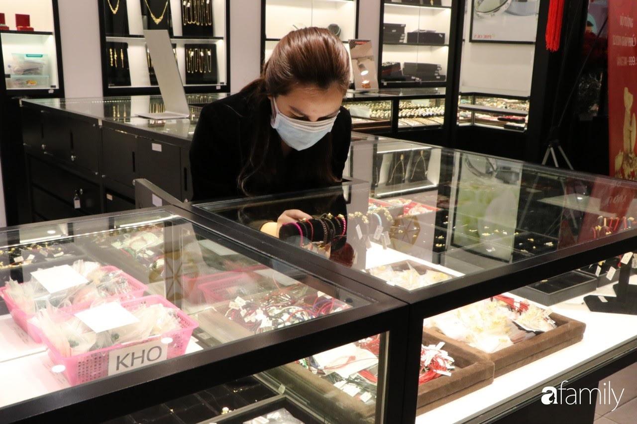 Ngày Vía Thần Tài: Người dân Hà Nội bịt khẩu trang xếp hàng mua vàng từ sáng sớm tinh mơ nhưng không đông đúc, chen lấn xô đẩy như mọi năm - Ảnh 10.