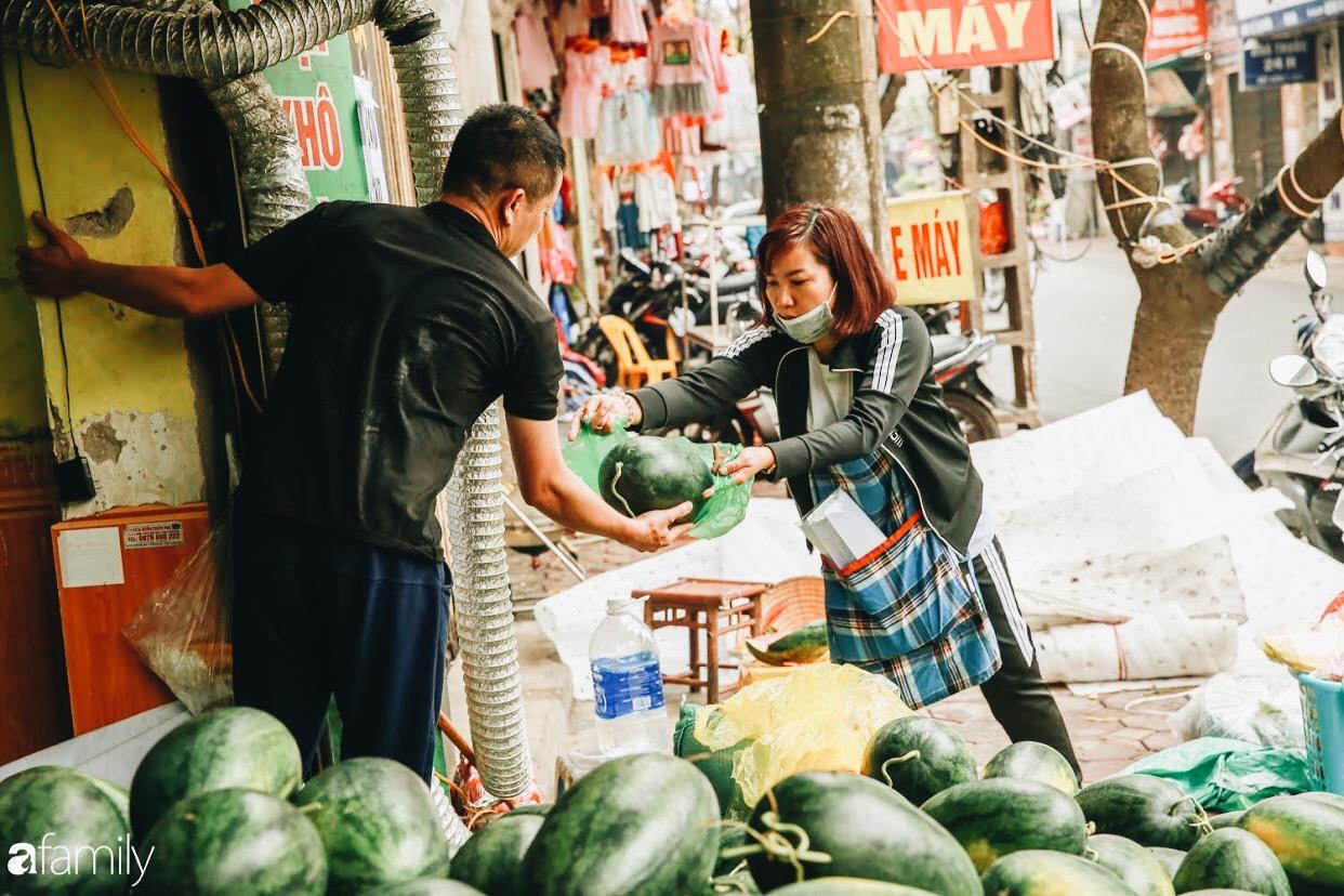 Sống đẹp như người Hà Nội: Dù đang căng thẳng dịch Corona nhưng vẫn đeo khẩu trang đi giải cứu dưa hấu vì dịch bệnh mà không được xuất khẩu - Ảnh 3.