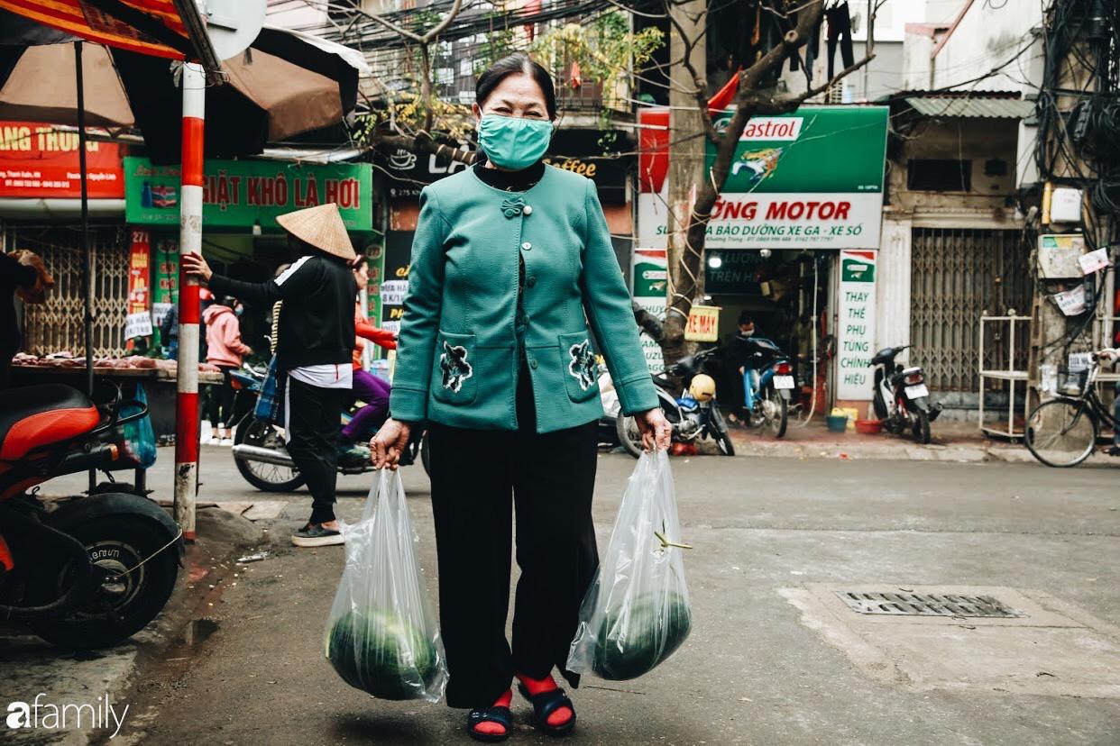 Sống đẹp như người Hà Nội: Dù đang căng thẳng dịch Corona nhưng vẫn đeo khẩu trang đi giải cứu dưa hấu vì dịch bệnh mà không được xuất khẩu - Ảnh 5.