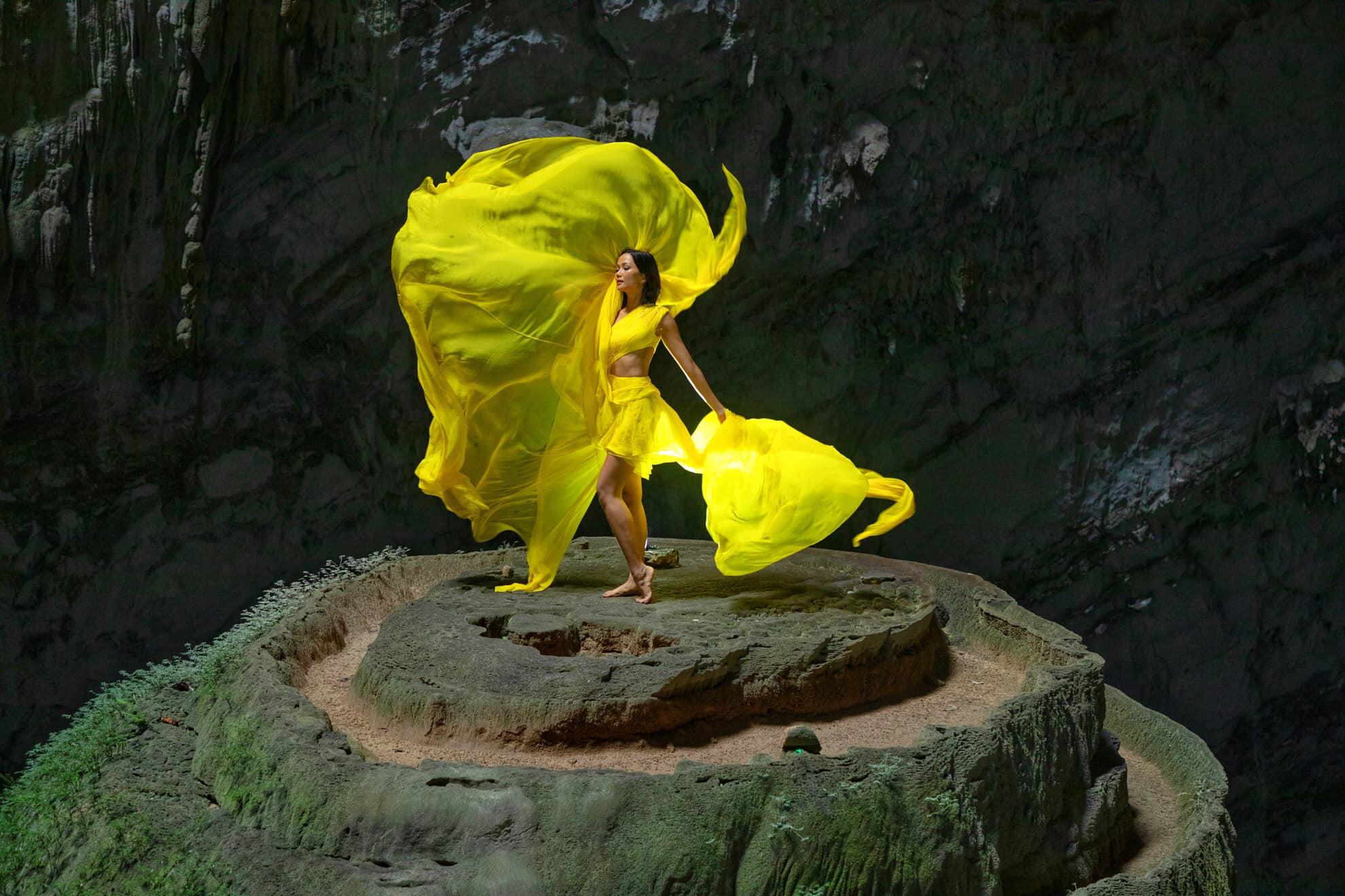 H'Hen Niê khoe dáng như tiên nữ giữa Sơn Đòong hùng vĩ, tiết lộ NTK chiếc váy mà cô mặc  - Ảnh 1.