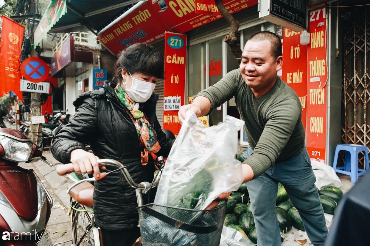 Sống đẹp như người Hà Nội: Dù đang căng thẳng dịch Corona nhưng vẫn đeo khẩu trang đi giải cứu dưa hấu vì dịch bệnh mà không được xuất khẩu - Ảnh 7.