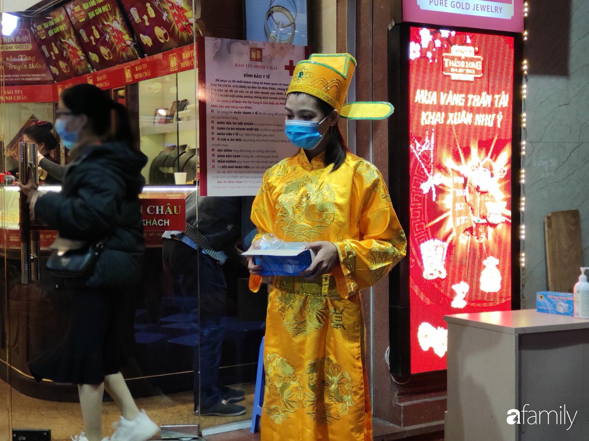 Ngày Vía Thần Tài: Người dân Hà Nội bịt khẩu trang xếp hàng mua vàng từ sáng sớm tinh mơ nhưng không đông đúc, chen lấn xô đẩy như mọi năm - Ảnh 12.