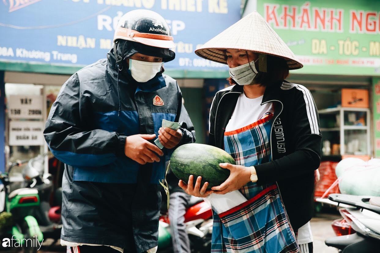 Sống đẹp như người Hà Nội: Dù đang căng thẳng dịch Corona nhưng vẫn đeo khẩu trang đi giải cứu dưa hấu vì dịch bệnh mà không được xuất khẩu - Ảnh 8.