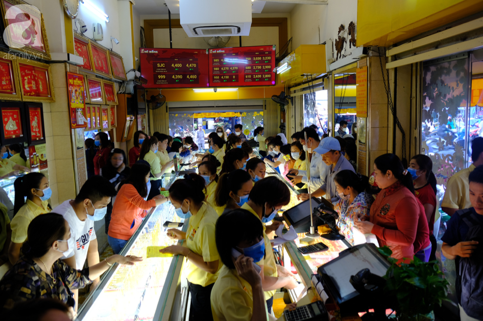 Ngại virus corona, người mua vàng ngày vía Thần tài ở Sài Gòn giảm mạnh, ai cũng bịt chặt khẩu trang - Ảnh 1.
