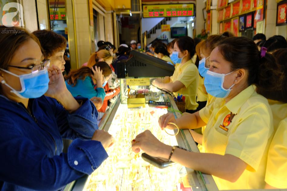 Ngại virus corona, người mua vàng ngày vía Thần tài ở Sài Gòn giảm mạnh, ai cũng bịt chặt khẩu trang - Ảnh 6.