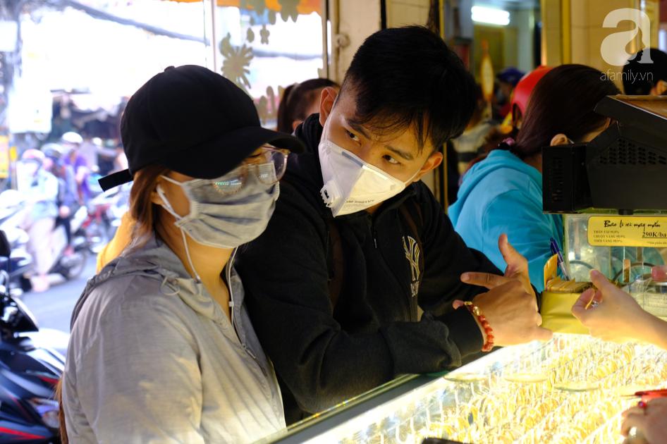 Ngại virus corona, người mua vàng ngày vía Thần tài ở Sài Gòn giảm mạnh, ai cũng bịt chặt khẩu trang - Ảnh 4.