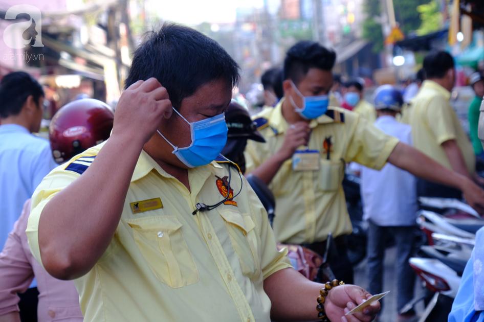 Ngại virus corona, người mua vàng ngày vía Thần tài ở Sài Gòn giảm mạnh, ai cũng bịt chặt khẩu trang - Ảnh 9.