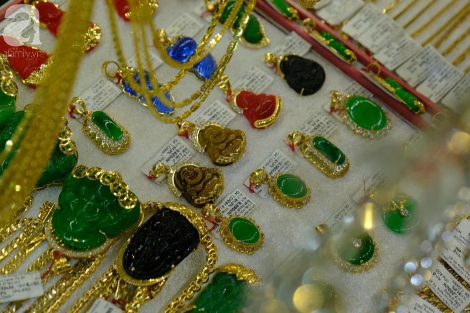 Ngại virus corona, người mua vàng ngày vía Thần tài ở Sài Gòn giảm mạnh, ai cũng bịt chặt khẩu trang - Ảnh 12.