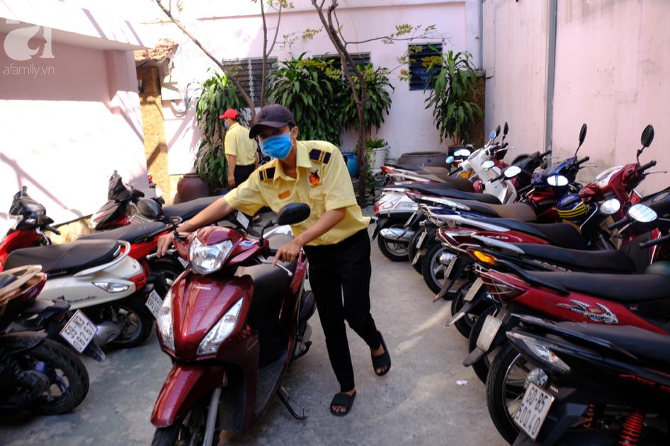 Ngại virus corona, người mua vàng ngày vía Thần tài ở Sài Gòn giảm mạnh, ai cũng bịt chặt khẩu trang - Ảnh 2.