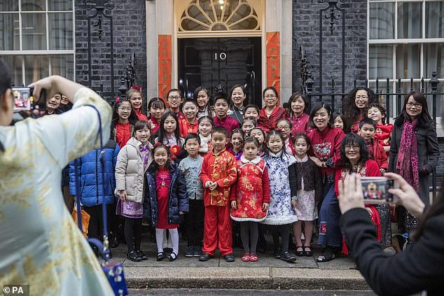 Các bà mẹ Trung Quốc phẫn nộ khi con bị kỳ thị, bắt nạt trong trường học ở Anh chỉ vì một quan niệm sai lầm của các phụ huynh khác:  virus corona là  virus Trung Quốc - Ảnh 2.