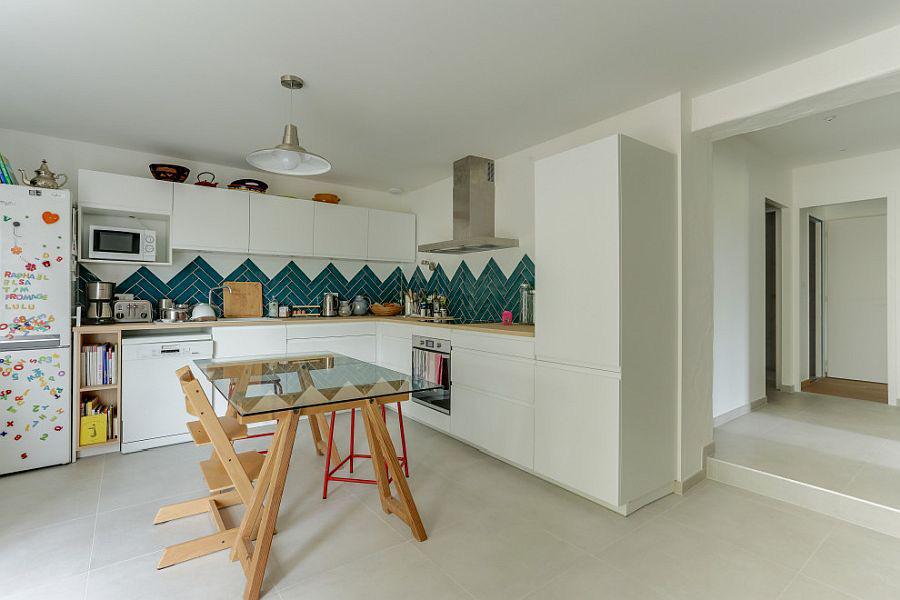 Những tông xanh tối màu tuyệt đẹp cho căn bếp hiện đại: sạch, nổi bật và sang trọng khi kết hợp khéo léo với tông trắng và ánh sáng đèn trang trí - Ảnh 10.