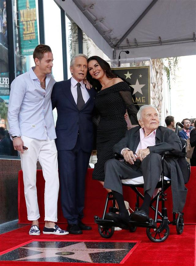 Huyền thoại điện ảnh Hollywood Kirk Douglas qua đời ở tuổi 103 - Ảnh 3.