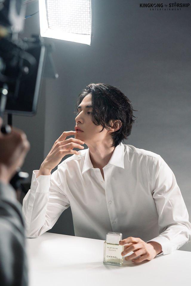 """Hé lộ loạt ảnh hậu trường đẹp trai hết phần thiên hạ của """"thần chết U40"""" Lee Dong Wook - Ảnh 5."""