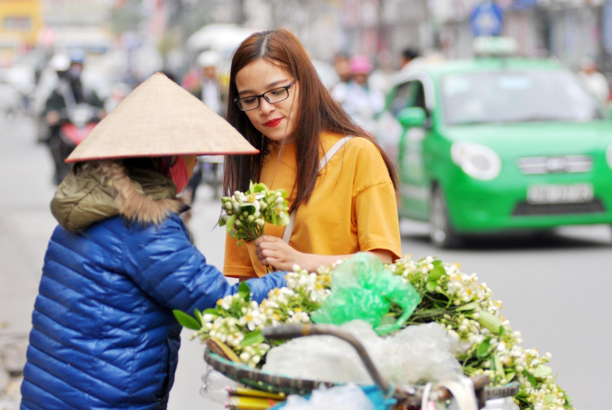 Đầu mùa gánh hoa bưởi xuống phố, giá hơn 300.000 đồng/kg vẫn đắt khách - Ảnh 4.