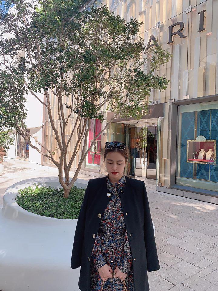 Hoàng Thùy Linh khoe stree style nhưng dân tình chỉ chủ ý vào chiếc kính râm thấp thoáng bóng hình Gil Lê - Ảnh 1.