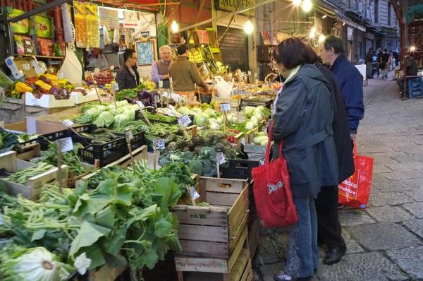 Đi chợ mua rau và không mang khẩu trang, người đàn ông không may nhiễm phải virus corona sau khi tiếp xúc người bệnh chỉ 15 giây ngắn ngủi - Ảnh 1.