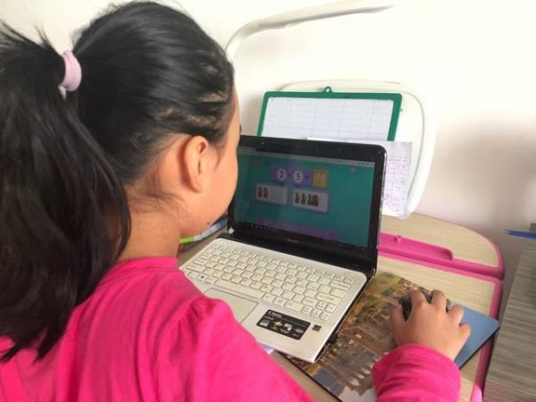 Cha mẹ học sinh bất đồng vì con học online mùa Corona - Ảnh 2.
