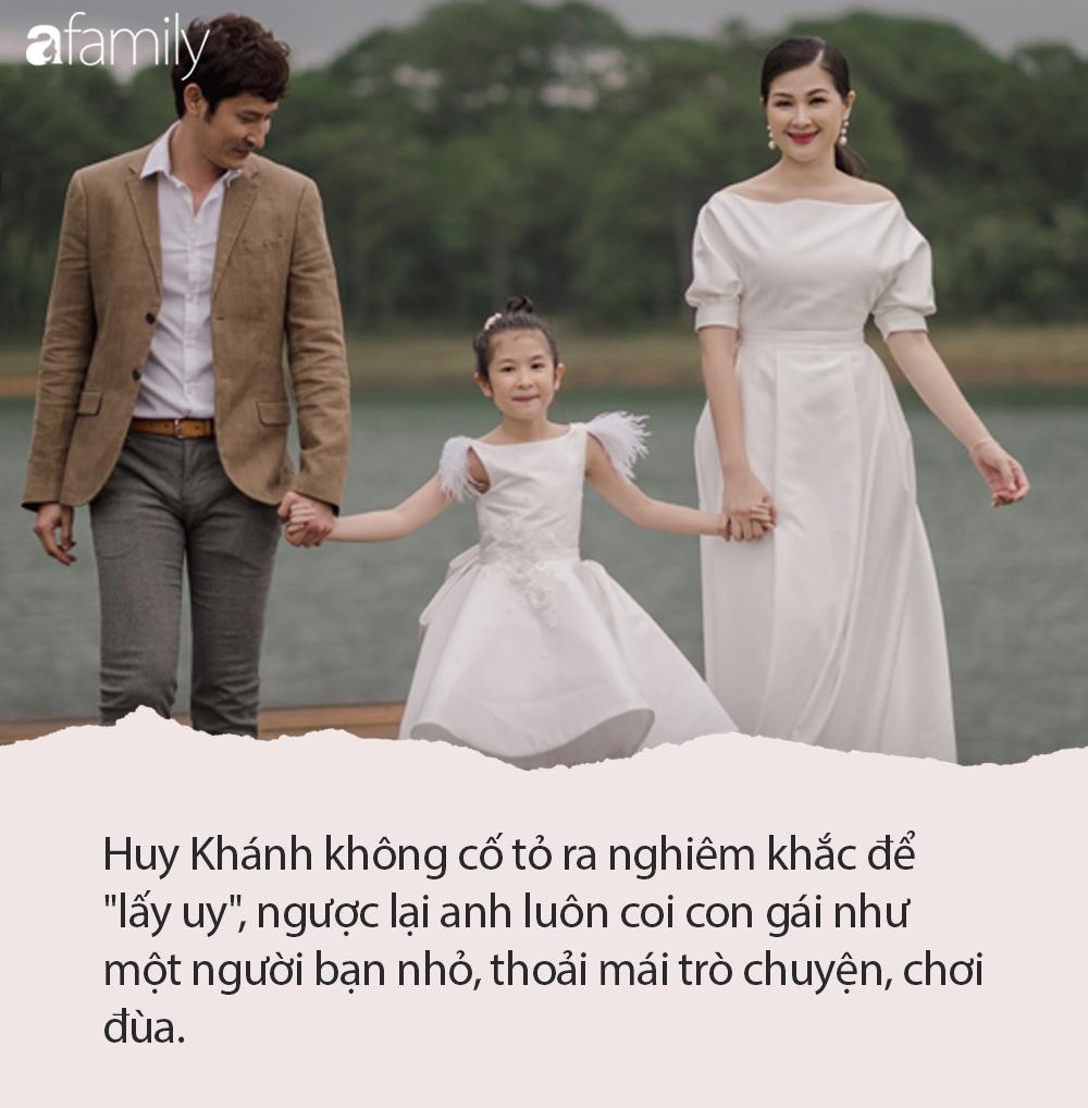 Không ngại dịch nCoV, Huy Khánh và con gái vẫn tung tăng đi chơi nhưng phong cách nữ tính từ đầu tới chân mới gây bất ngờ - Ảnh 4.