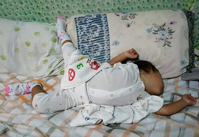 Nhìn tư thế ngủ có 1-0-2 của con, nhiều khi cha mẹ phải tự hỏi: Làm sao con có thể ngủ được như thế? - Ảnh 17.