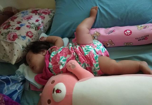 Nhìn tư thế ngủ có 1-0-2 của con, nhiều khi cha mẹ phải tự hỏi: Làm sao con có thể ngủ được như thế? - Ảnh 7.