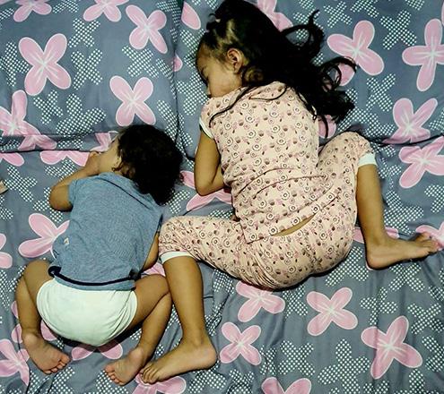 Nhìn tư thế ngủ có 1-0-2 của con, nhiều khi cha mẹ phải tự hỏi: Làm sao con có thể ngủ được như thế? - Ảnh 16.