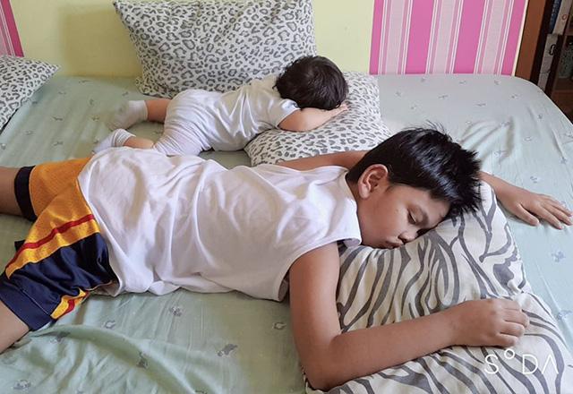 Nhìn tư thế ngủ có 1-0-2 của con, nhiều khi cha mẹ phải tự hỏi: Làm sao con có thể ngủ được như thế? - Ảnh 15.