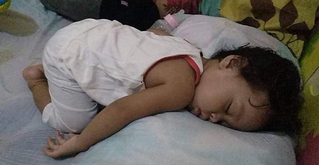 Nhìn tư thế ngủ có 1-0-2 của con, nhiều khi cha mẹ phải tự hỏi: Làm sao con có thể ngủ được như thế? - Ảnh 14.