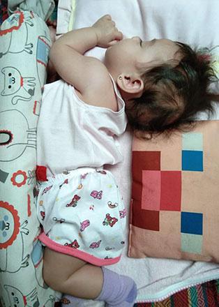 Nhìn tư thế ngủ có 1-0-2 của con, nhiều khi cha mẹ phải tự hỏi: Làm sao con có thể ngủ được như thế? - Ảnh 13.