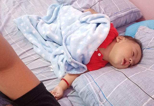 Nhìn tư thế ngủ có 1-0-2 của con, nhiều khi cha mẹ phải tự hỏi: Làm sao con có thể ngủ được như thế? - Ảnh 12.