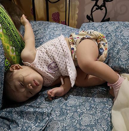 Nhìn tư thế ngủ có 1-0-2 của con, nhiều khi cha mẹ phải tự hỏi: Làm sao con có thể ngủ được như thế? - Ảnh 11.
