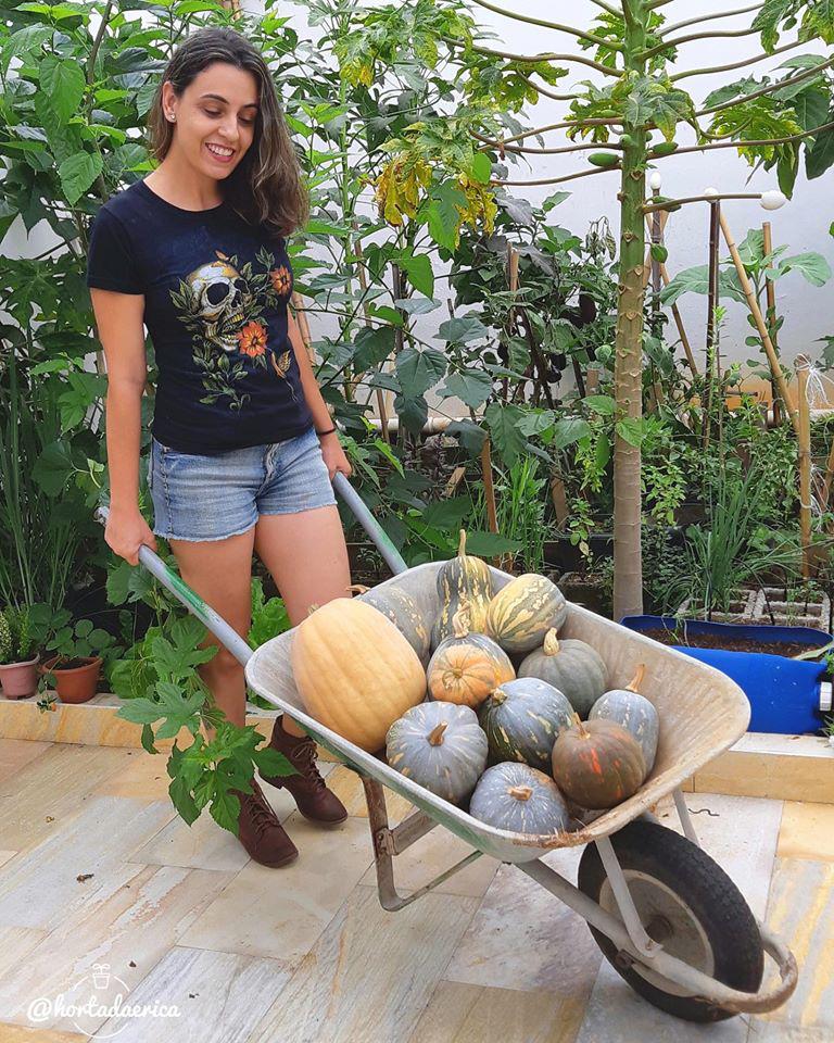 Vườn rau quả sạch tốt tươi rộng 32m2 của nữ y tá đam mê trồng trọt - Ảnh 1.