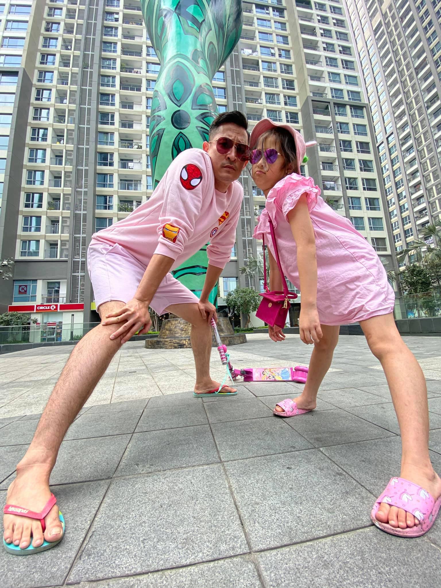 Không ngại dịch nCoV, Huy Khánh và con gái vẫn tung tăng đi chơi nhưng phong cách nữ tính từ đầu tới chân mới gây bất ngờ - Ảnh 1.