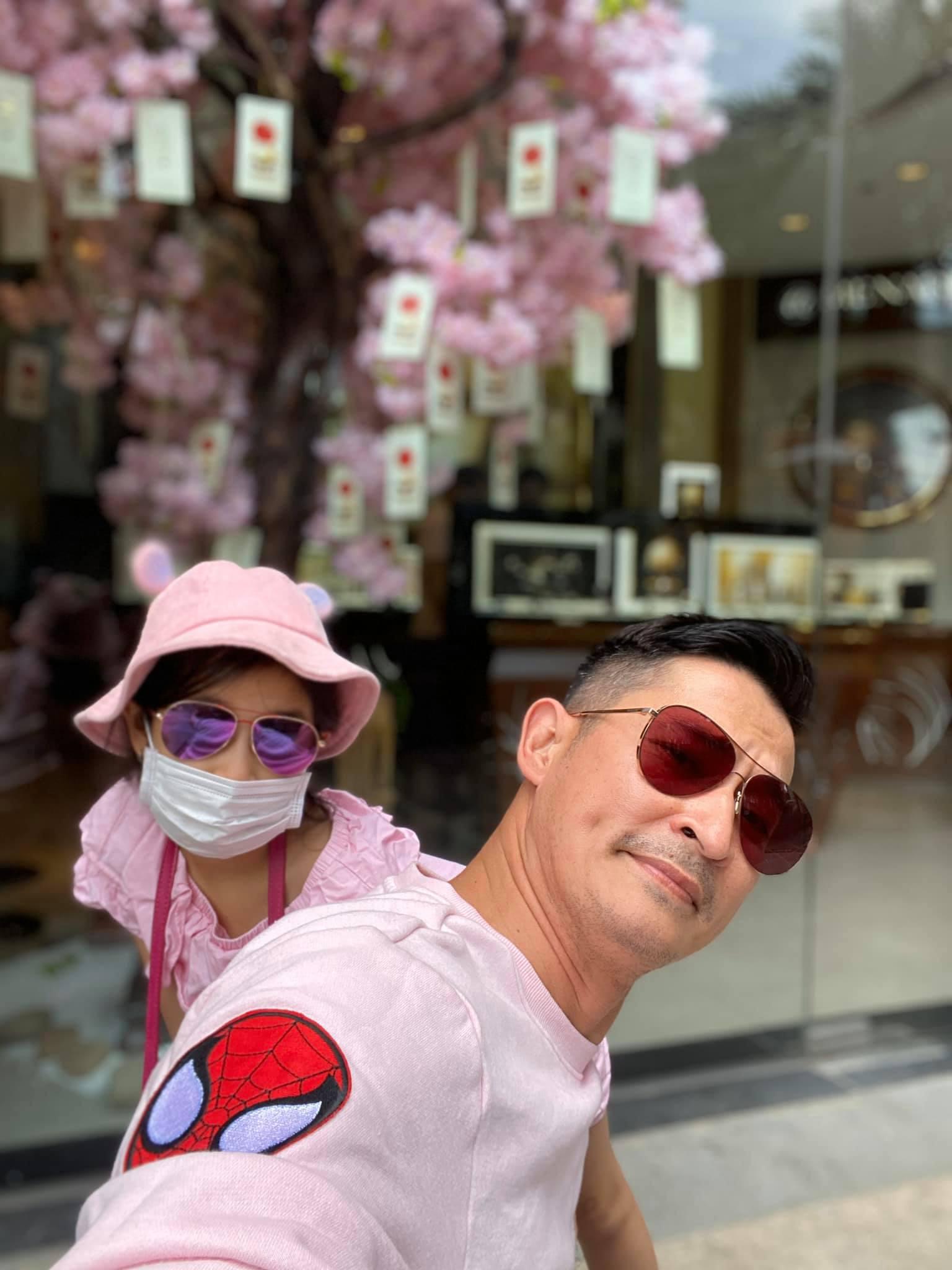 Không ngại dịch nCoV, Huy Khánh và con gái vẫn tung tăng đi chơi nhưng phong cách nữ tính từ đầu tới chân mới gây bất ngờ - Ảnh 3.