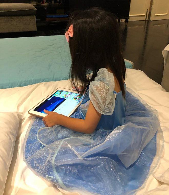 """""""Tiểu công chúa của Vbiz"""" đích thị là con gái Hà Tăng khi được mẹ sắm cho cả loạt váy bồng xòe cổ tích - Ảnh 4."""