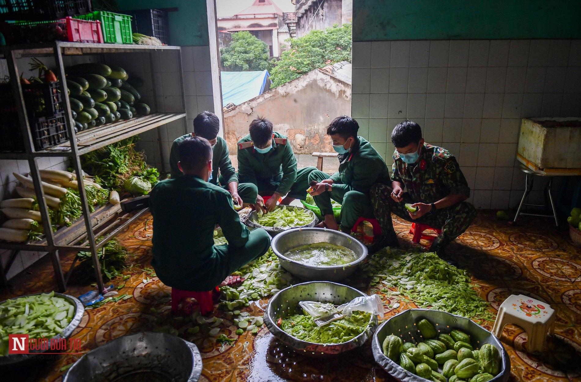 Lạng Sơn: Nhộn nhịp căn bếp ấm tình quân dân tại trại cách ly - Ảnh 1.
