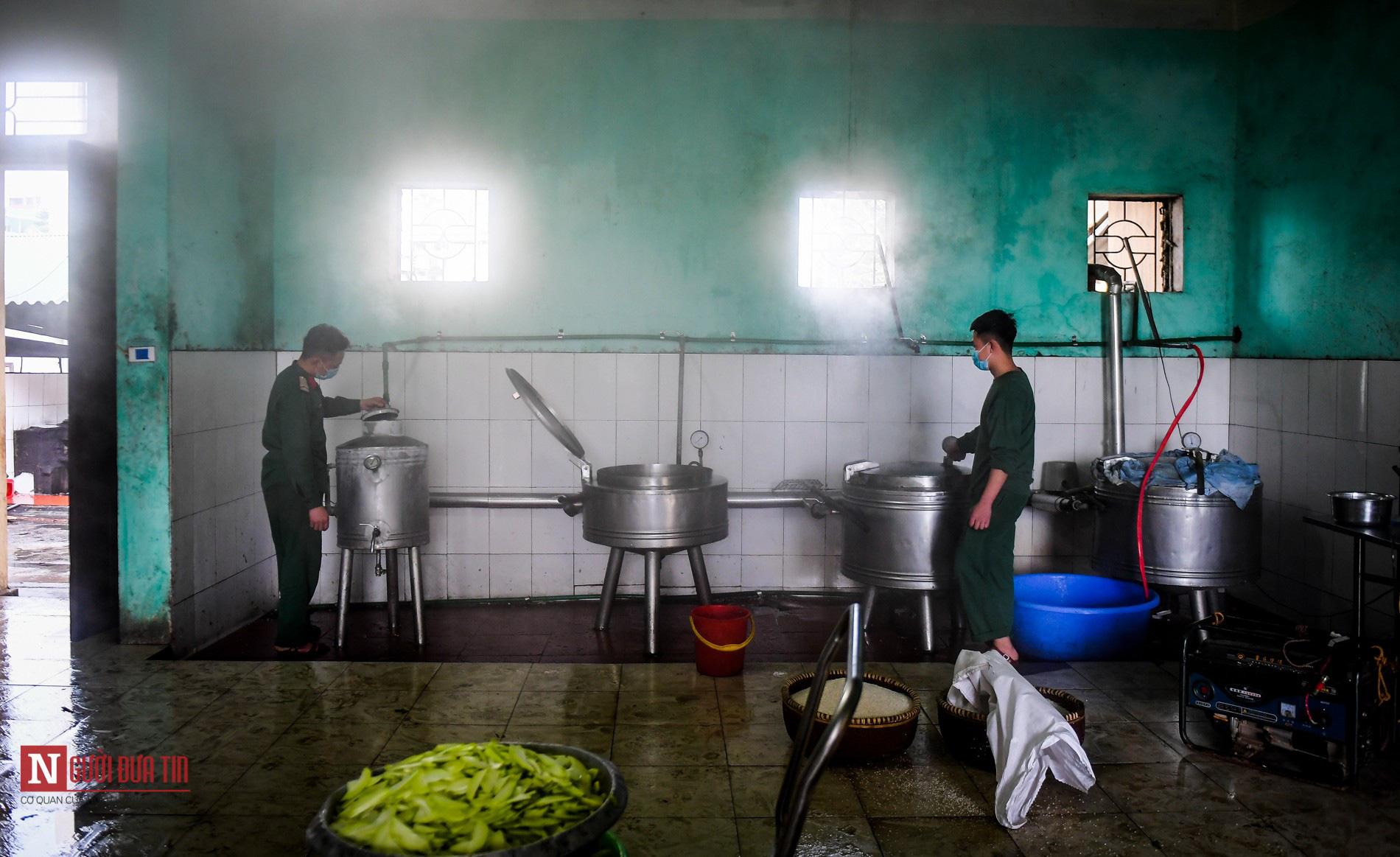 Lạng Sơn: Nhộn nhịp căn bếp ấm tình quân dân tại trại cách ly - Ảnh 3.