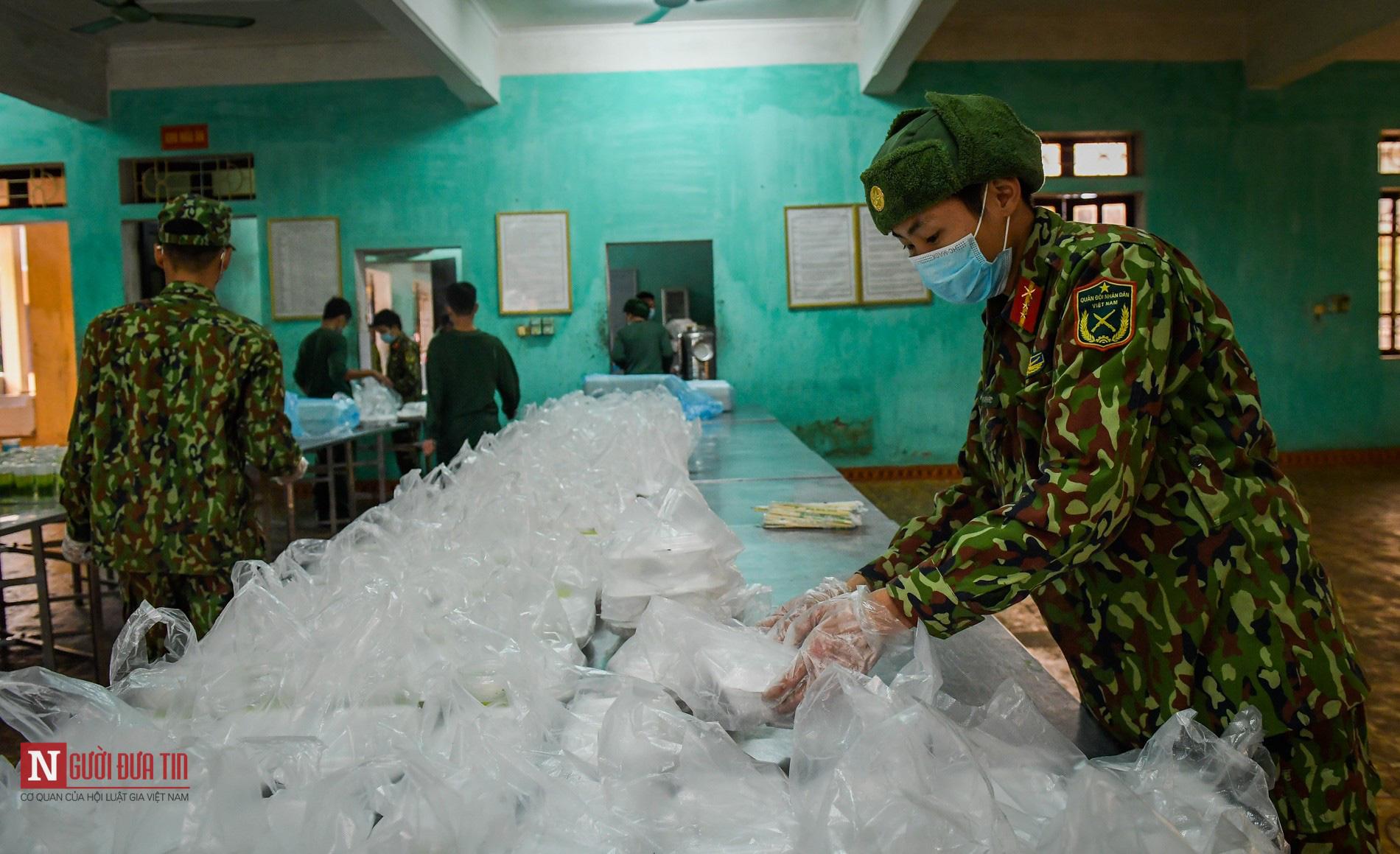 Lạng Sơn: Nhộn nhịp căn bếp ấm tình quân dân tại trại cách ly - Ảnh 13.