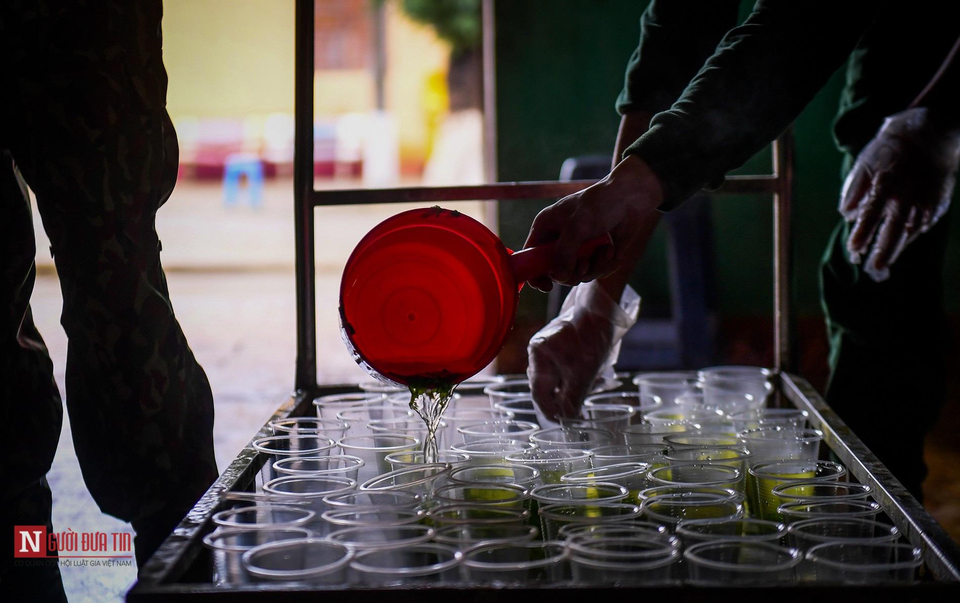 Lạng Sơn: Nhộn nhịp căn bếp ấm tình quân dân tại trại cách ly - Ảnh 9.