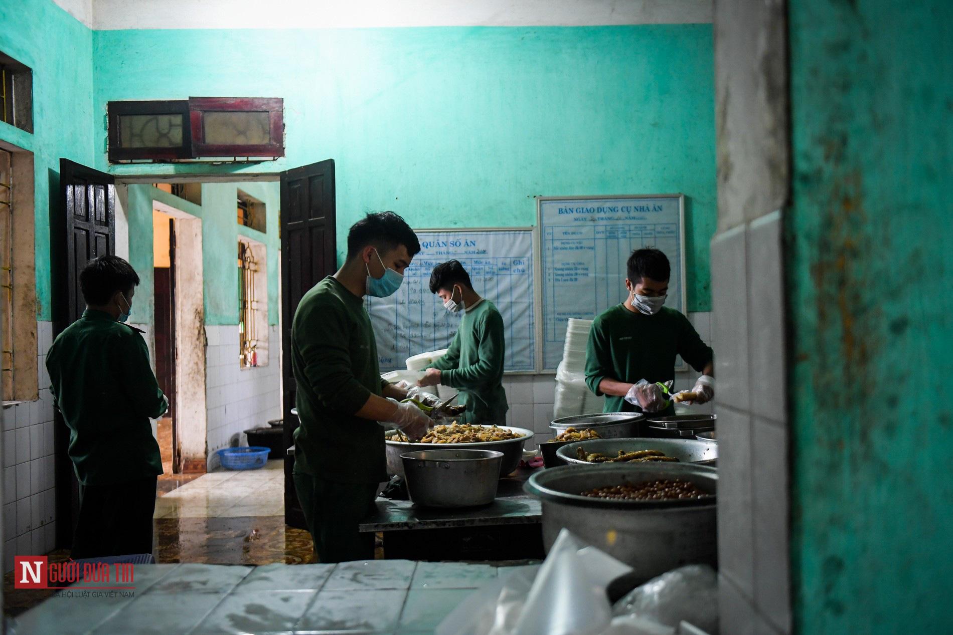 Lạng Sơn: Nhộn nhịp căn bếp ấm tình quân dân tại trại cách ly - Ảnh 2.