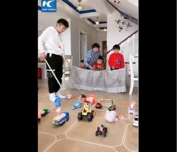Cười té ghế khi xem clip bố mẹ Trung Quốc làm gì khi phải ở nhà trông con mùa dịch bệnh - Ảnh 4.