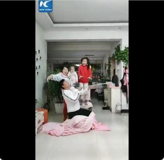 Cười té ghế khi xem clip bố mẹ Trung Quốc làm gì khi phải ở nhà trông con mùa dịch bệnh - Ảnh 3.