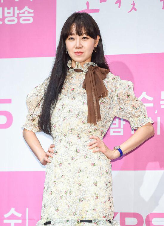Đụng váy bánh bèo với Gong Hyo Jin, Son Ye Jin đã thay đổi vài chi tiết để làm bật lên vẻ đài các, quý tộc - Ảnh 1.