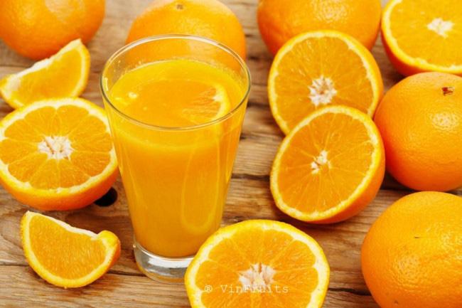 Cho trẻ uống nước cam, vitamin C có tác dụng phòng tránh lây nhiễm virus corona? - Ảnh 1.