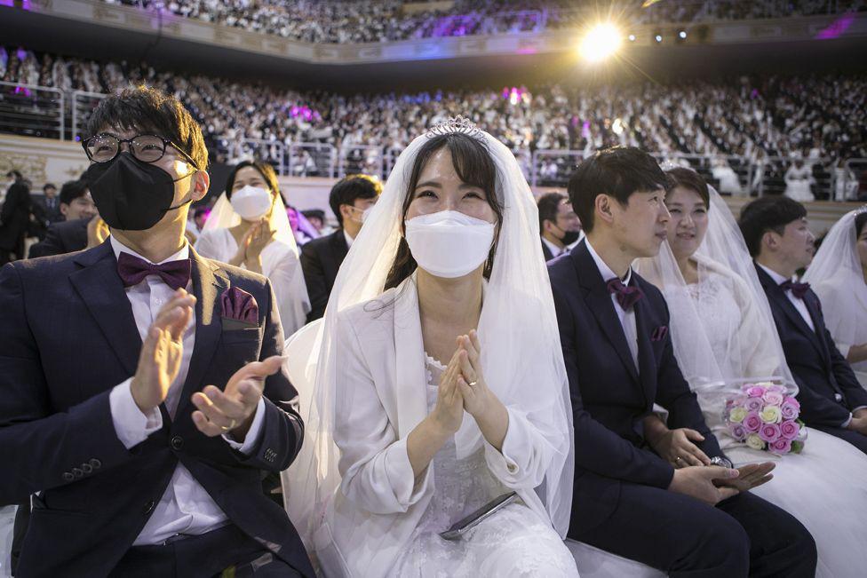 6000 cặp đôi trong đám cưới tập thể ở Hàn Quốc giữa dịch virus corona: Người đeo khẩu trang kín mít, người vẫn 'bất chấp' trao nụ hôn - Ảnh 4.