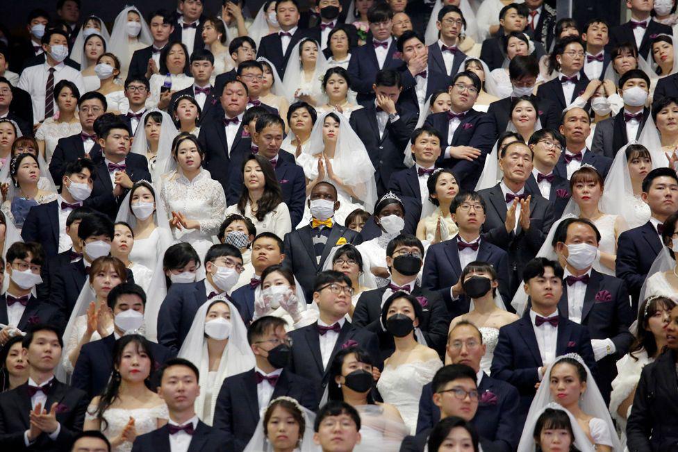 6000 cặp đôi trong đám cưới tập thể ở Hàn Quốc giữa dịch virus corona: Người đeo khẩu trang kín mít, người vẫn 'bất chấp' trao nụ hôn - Ảnh 5.